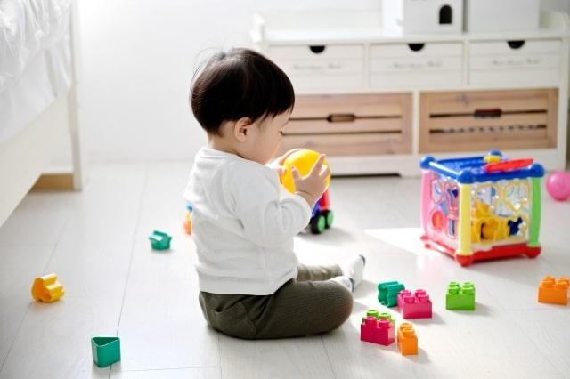 1歳の赤ちゃんがおもちゃを投げるようになった!原因や注意の仕方についてご紹介します。